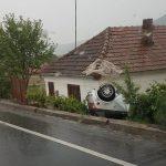 Accident rutier pe DN66. Un autoturism a derapat și s-a răsturnat în curtea unei case