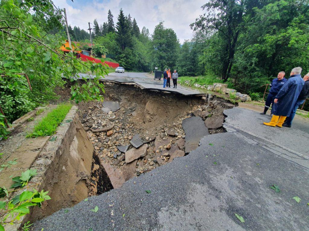 , GALERIE FOTO: Drumul spre Câmpu lui Neag rupt de viituri