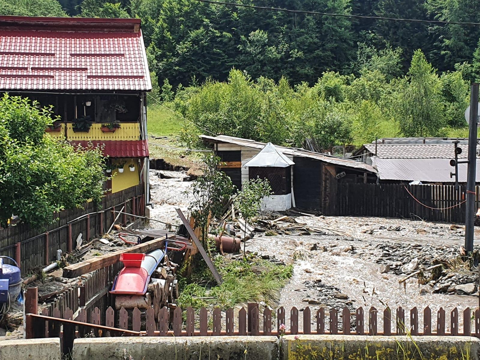 Bilanț în urma inundațiilor din Valea Jiului: opt localități afectate, aproape 400 de gospodării inundate și circa 300 de persoane evacuate