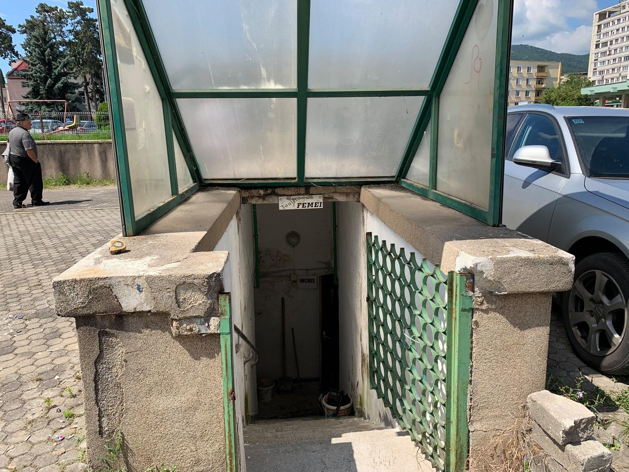 , Toaleta publică din zona Ulpia, din centrul Devei, în reparații capitale