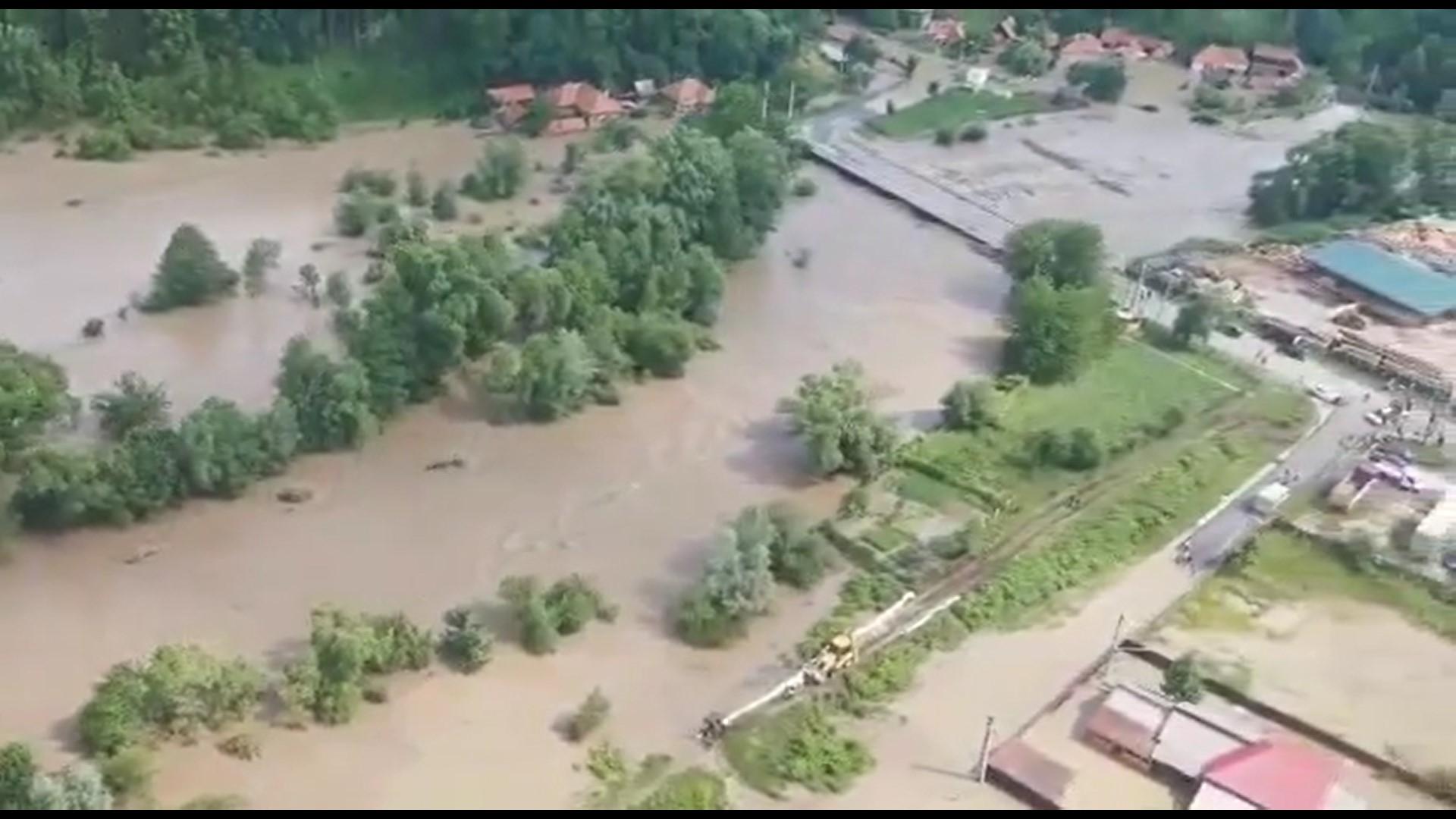 UPDATE: VIDEO – Trei elicoptere, trimise în Valea Jiului pentru evacuarea persoanelor izolate din cauza inundațiilor