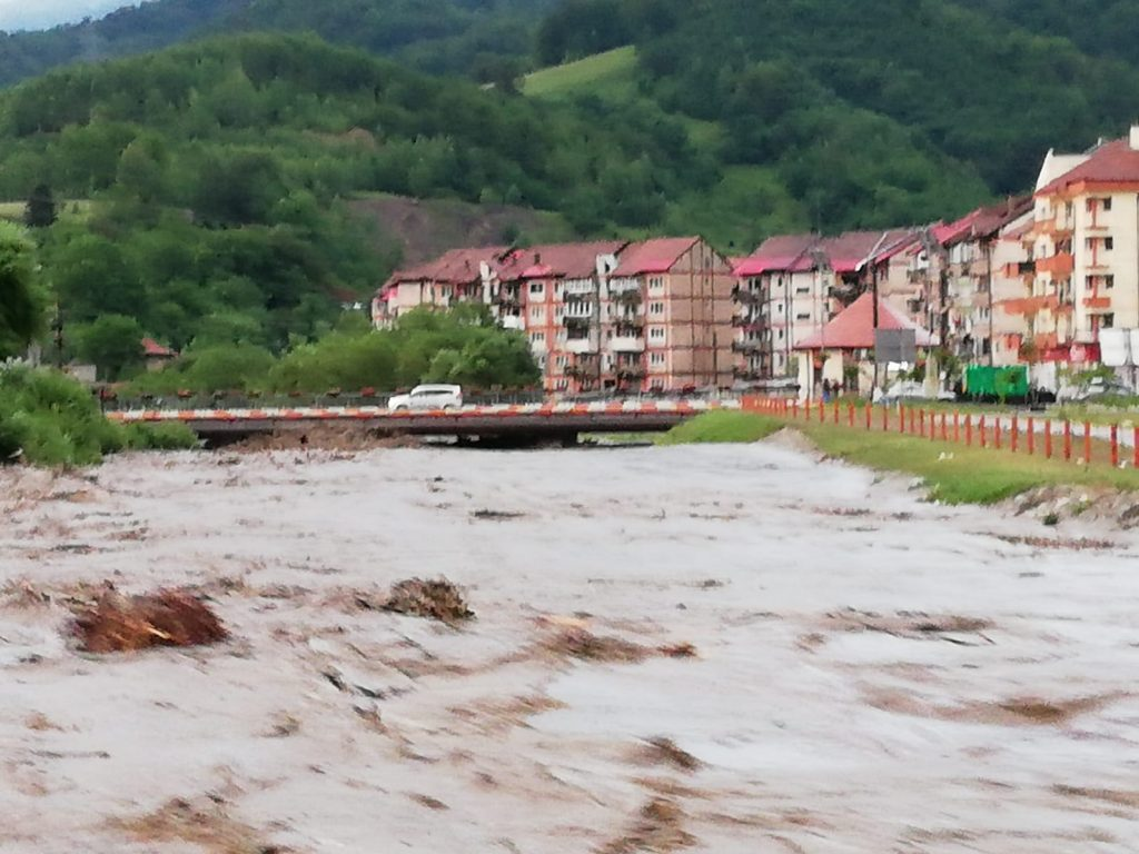 , FOTO: Pompierii și lucrătorii de la Apele Române intervin pentru limitarea pagubelor în Valea Jiului, din cauza inundațiilor