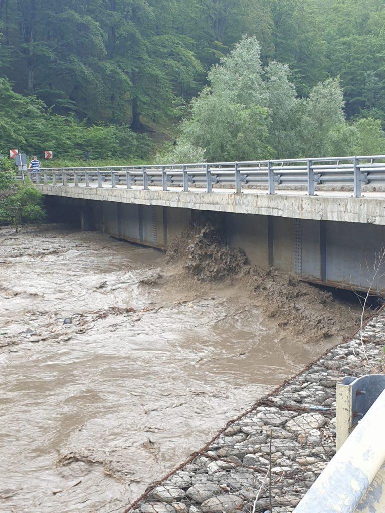 , BREAKING NEWS: Circulația rutieră, blocată pe DN 66 între Bumbești Jiu și Petroșani, din cauza inundațiilor