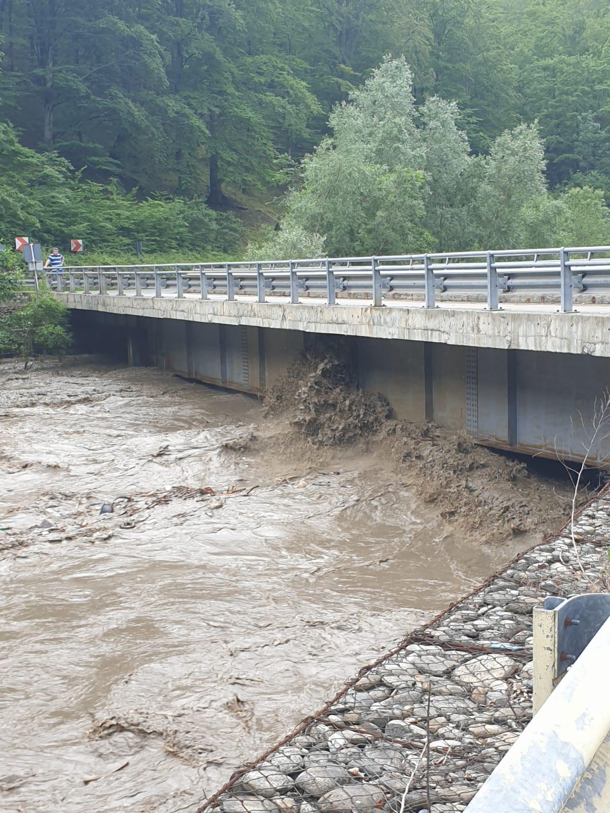BREAKING NEWS: Circulația rutieră, blocată pe DN 66 între Bumbești Jiu și Petroșani, din cauza inundațiilor