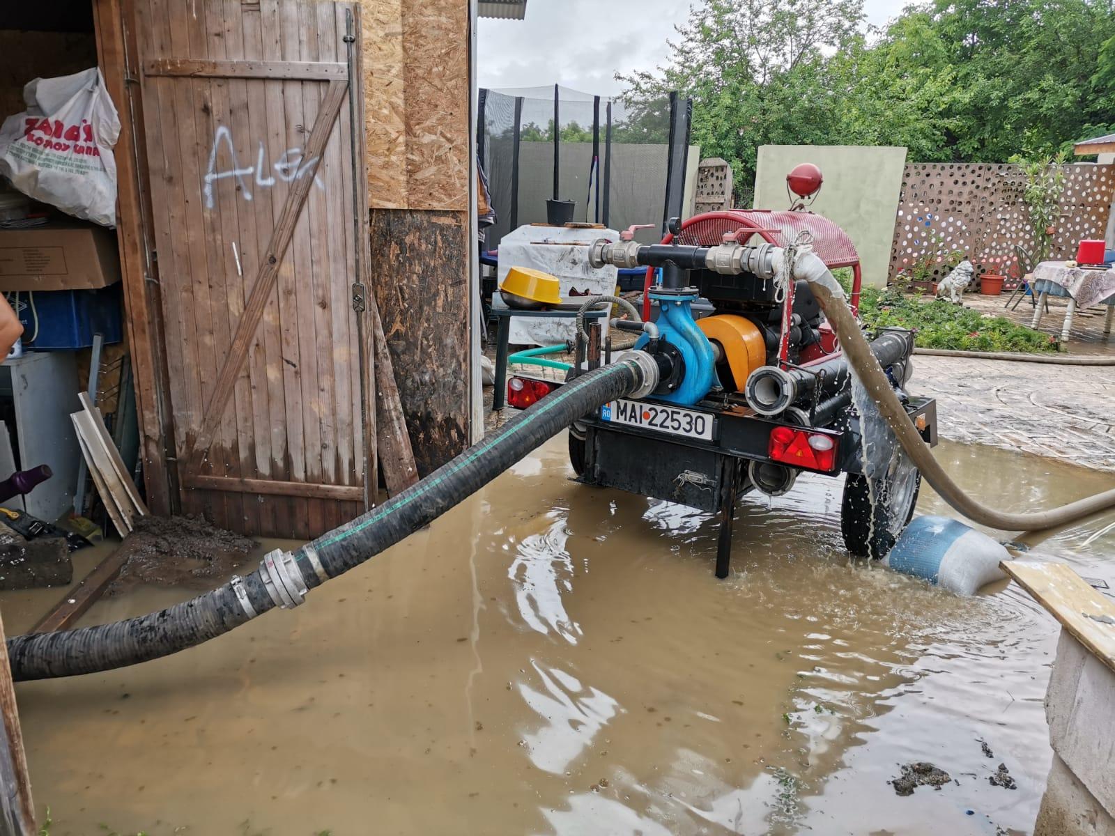 Zeci de gospodării inundate și un drum impracticabil, în urma inundațiilor produse miercuri spre joi noaptea