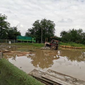 , Zeci de gospodării inundate și un drum impracticabil, în urma inundațiilor produse miercuri spre joi noaptea