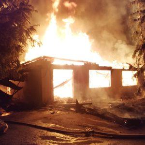 , Cea mai veche cabana din zona de vest a Văii Jiului a fost mistuită de flăcări. O persoană a suferit arsuri