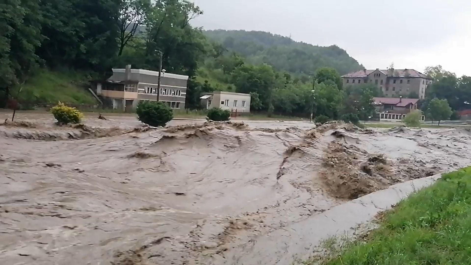 VIDEO: Alertă în Valea Jiului, din cauza inundațiilor. Hidrologii au emis Cod Roșu pe Râul Jiu