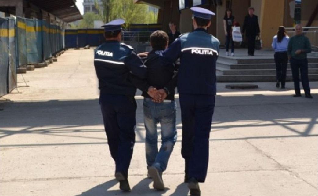 Minor, reținut de polițiști după ce a bătut un adolescent și i-a furat șapca