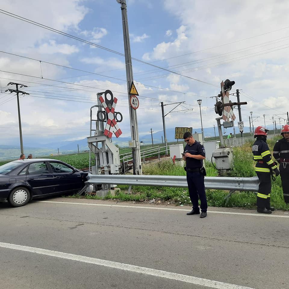 , FOTO: Accident feroviar în Halta Geoagiu. Șoferul unui autoturism a ignorat semnalele acustice și luminoase