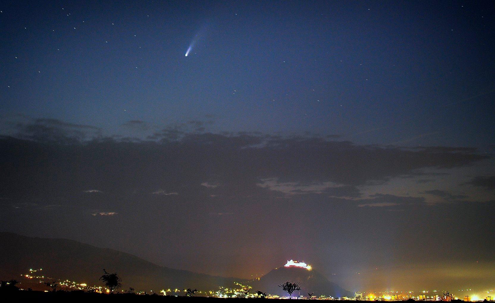 Cometa Neowise, surprinsă pe cerul Devei. Imagini spectaculoase, realizate de doi apreciaţi fotografi profesionişti