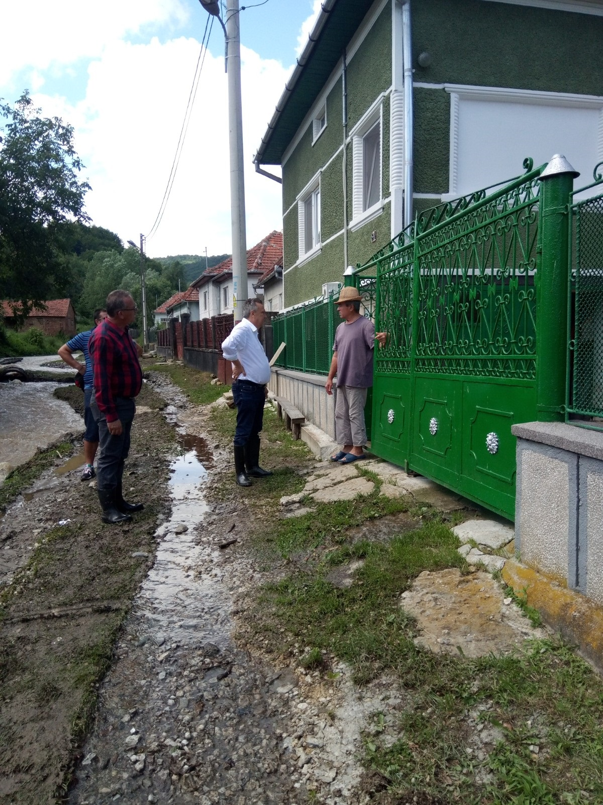 gospodării, FOTO| Ploile torenţiale au creat, din nou, probleme în judeţ. Mai multe gospodării din Silvaşu de Sus au fost inundate