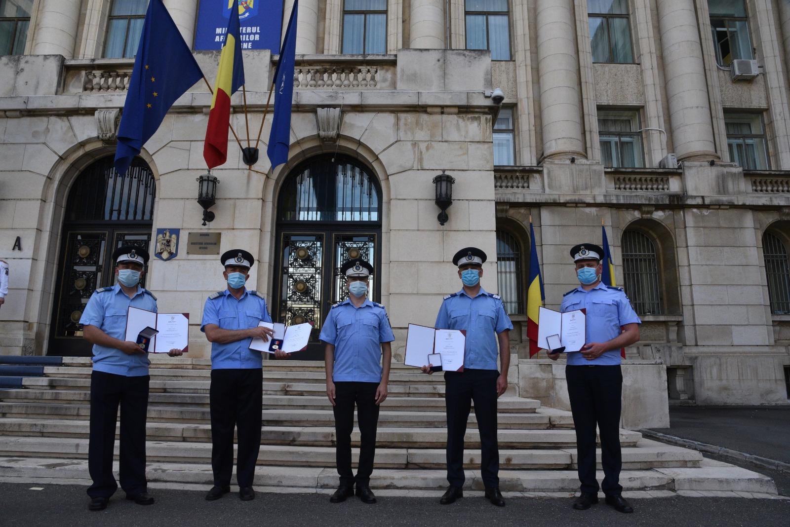 """Un jandarm hunedorean a primit """"Emblema de Onoare a MAI"""". A sărit în Jiu după un tânăr fugar"""