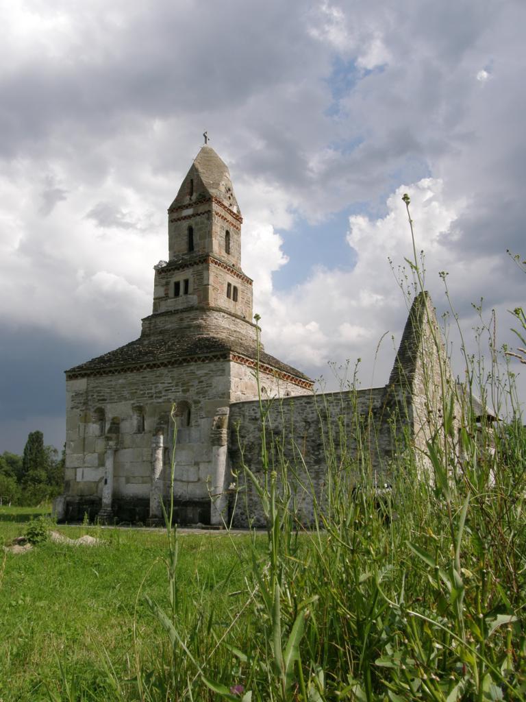Monumentele celebre ale județului Hunedoara (7) – Biserica de piatră de la Densuș