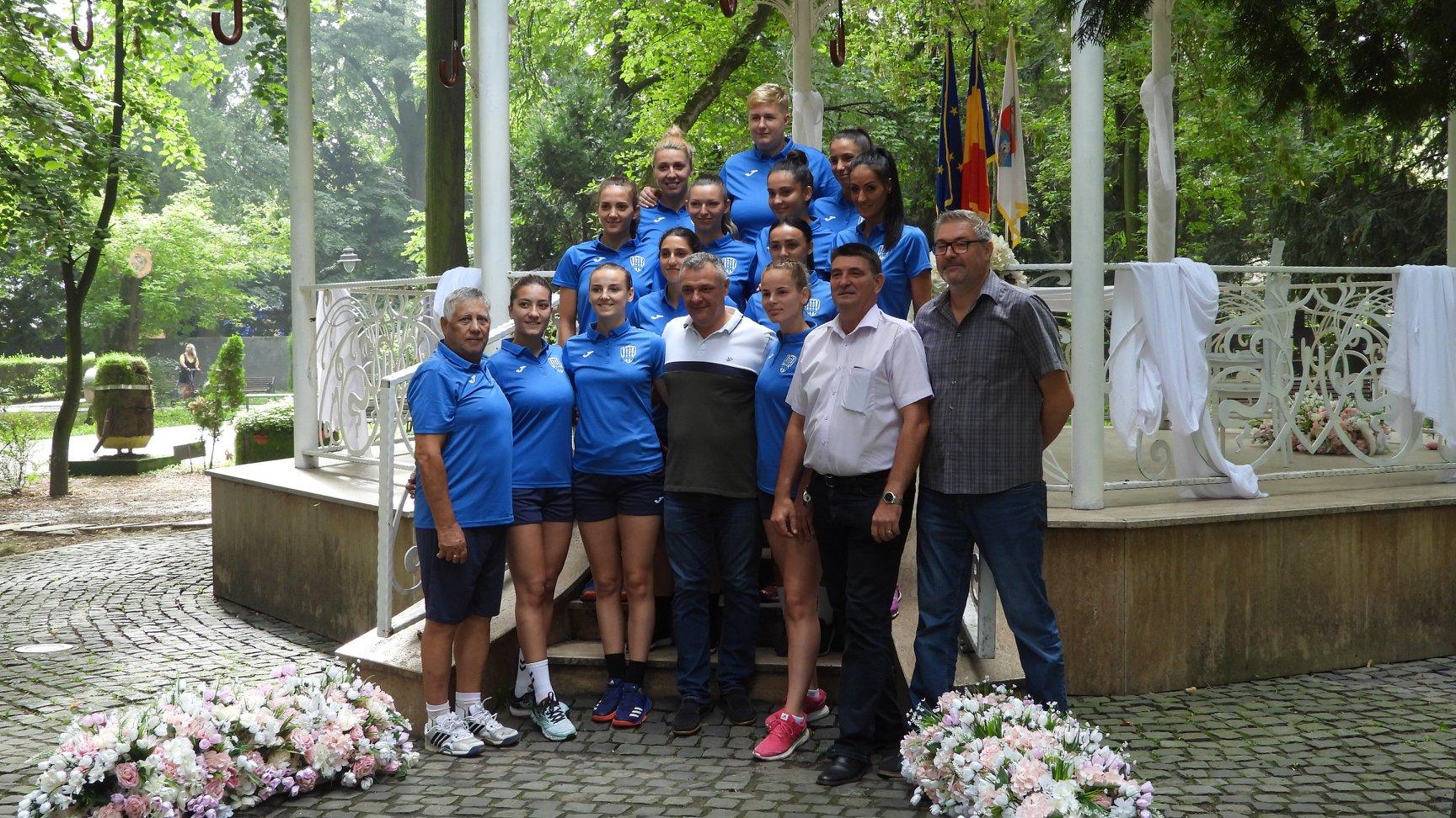 Echipamentul oficial al echipei de handbal CSM Deva, prezentat în Parcul Cetate