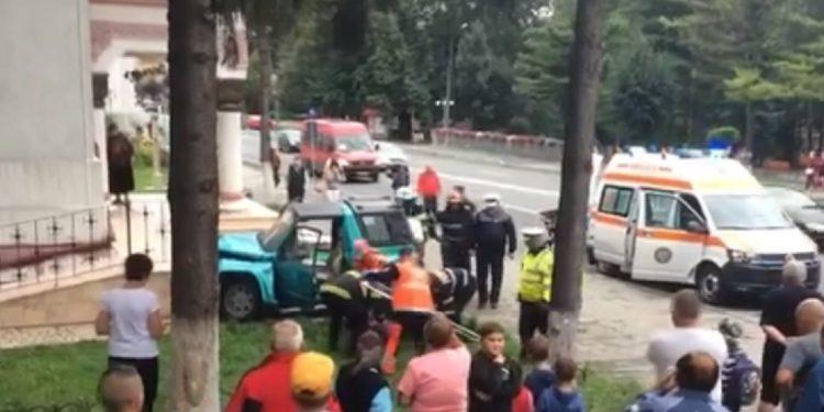 A intrat cu mașina pe scările unei biserici din Petroșani. Victima a fost cu greu liniștită de echipele de salvare