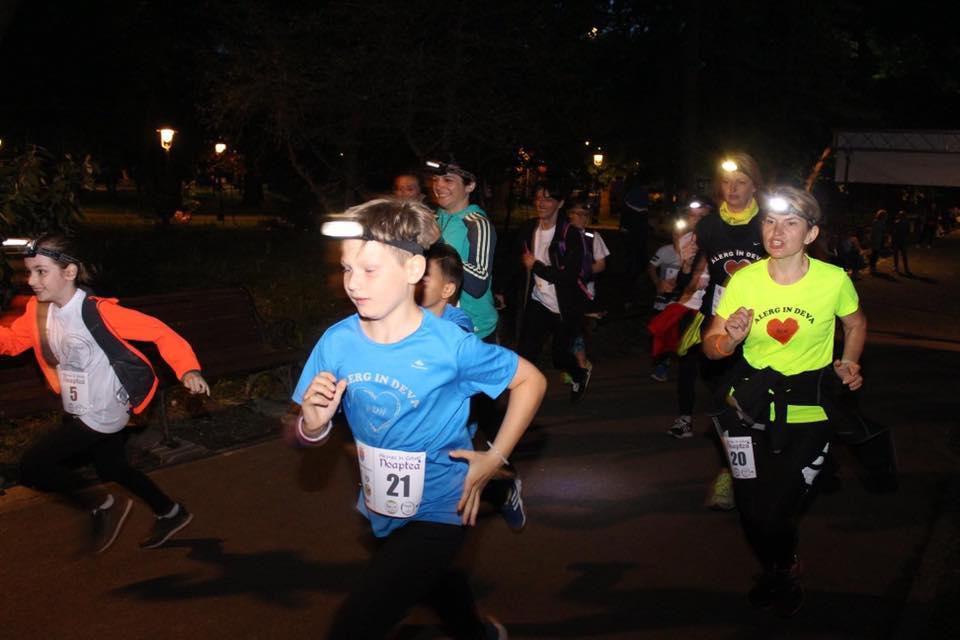 Competiție inedită de alergare, pe timpul nopții, la lumina torțelor, în Cetatea Devei