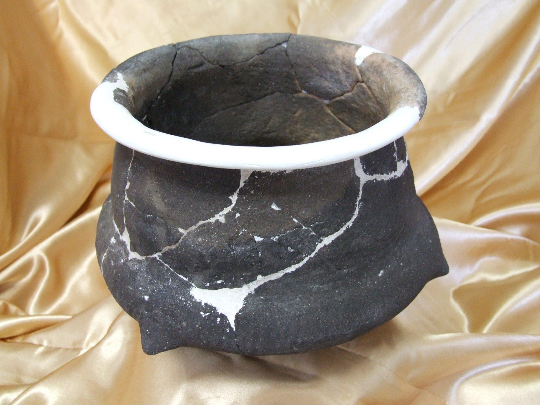O altă piesă restaurată la MCDR Deva, expusă online: Un vas din epoca târzie a bronzului, descoperit pe șantierul arheologic Abucea-Autostrada Deva-Lugoj