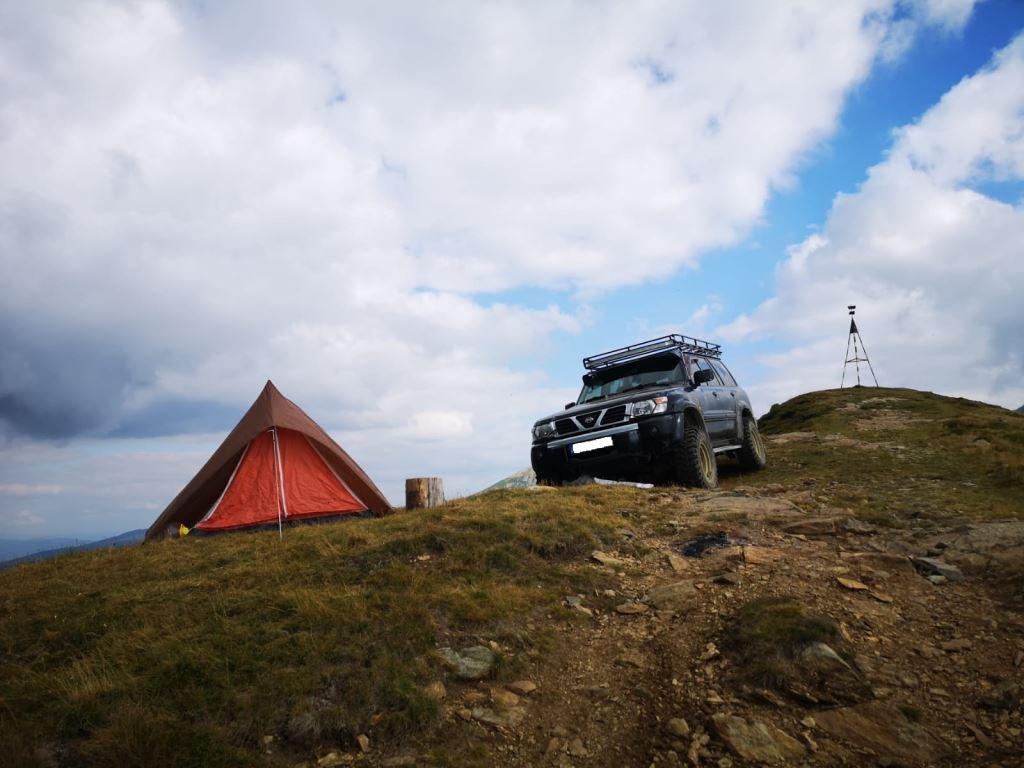 Amenzi grase aplicate, de jandarmi, unor persoane care au urcat cu mașinile de teren în Munții Parâng și Vâlcan