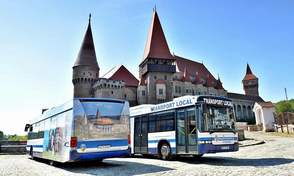 Hunedoara: Programul de distribuire a abonamentelor gratuite pentru transportul public local