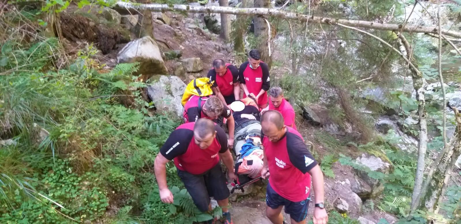 Turistă accidentată în Retezat, în zona cascadei Lazăru, preluată de salvamontiști cu grave leziuni