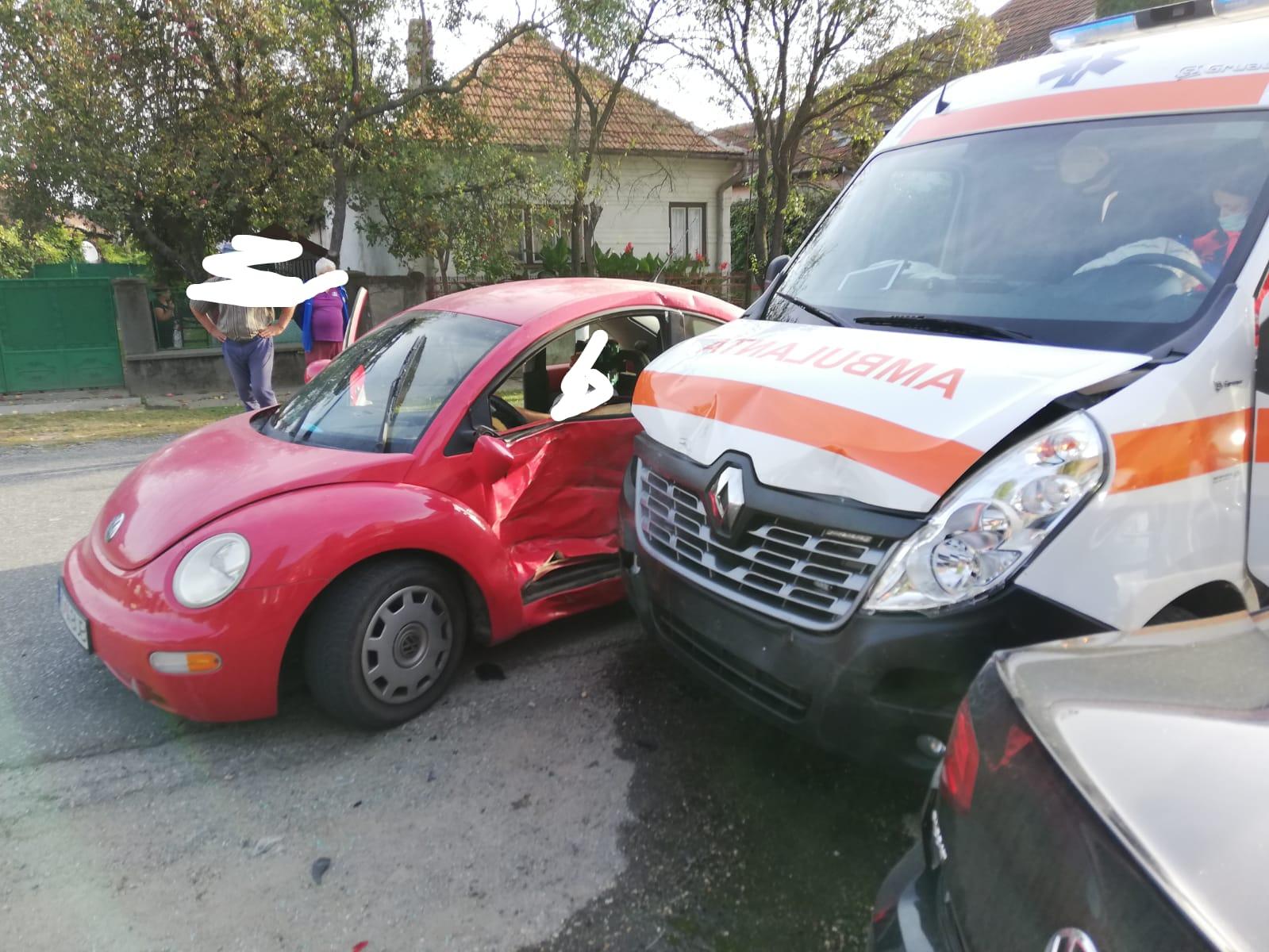 Ambulanță impicată într-un accident în timp ce se îndrepta spre un caz de Cod roșu