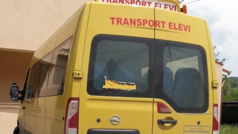 Microbuz de transport elevi, lovit în plin de un șofer fără permis, la Săcărâmb