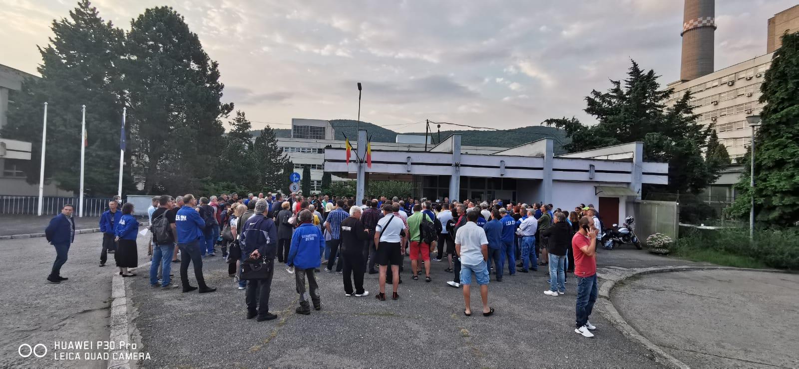 Peste 200 angajați ai Termocentralei Mintia protestează, din nou, în curtea societății