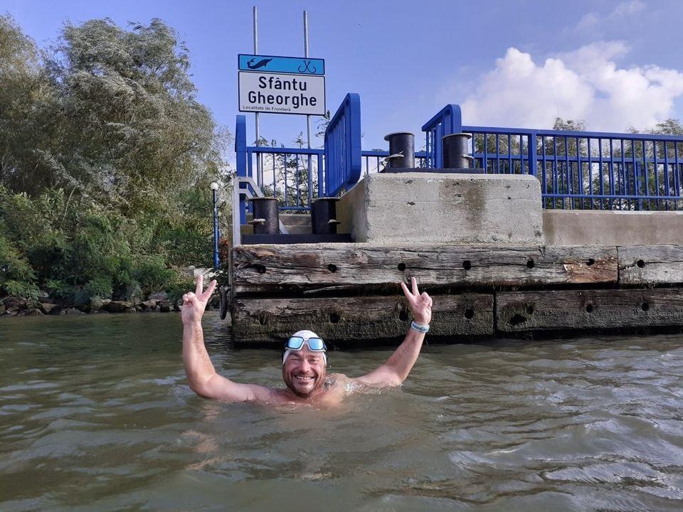"""Bibliotecarul Avram Iancu a reușit să ajungă la Sfântu Gheorghe. A înotat peste 19 ore la """"cursa prieteniei"""""""