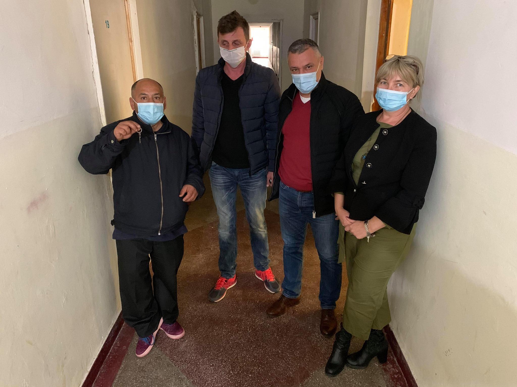 """Emoţionant: """"Ghiţă"""" a primit cheile camerei mult dorite. Primarul Devei, Florin Oancea, s-a implicat în soluţionarea acestui caz"""