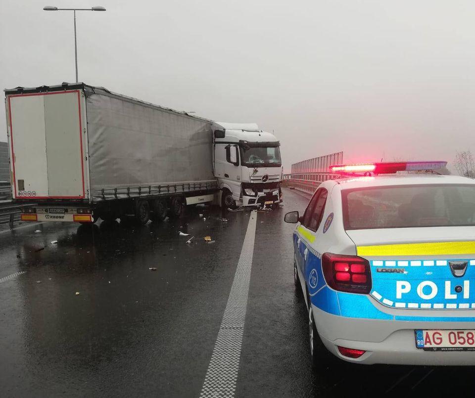 Accident rutier pe autostradă, în zona Gurasada. Trei TIR-uri și un autoturism implicate
