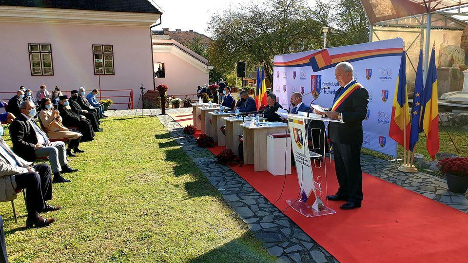Laurențiu Nistor, învestit în funcția de președinte al CJ Hunedoara. Ceremonia a avut loc în curtea muzeului din Deva