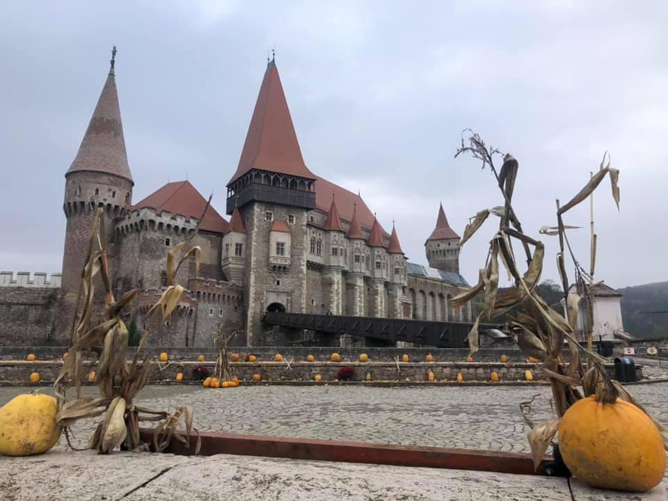 FOTO  Castelul Corvinilor de la Hunedoara, în decor de toamnă