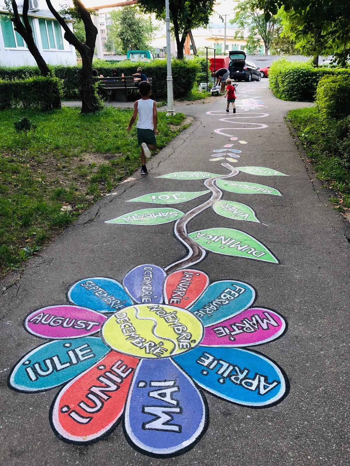 """""""Copilăria pe asfalt"""", un proiect de suflet al unei mămici care dă culoare parcurilor și aleilor din mai multe cartiere ale Devei"""