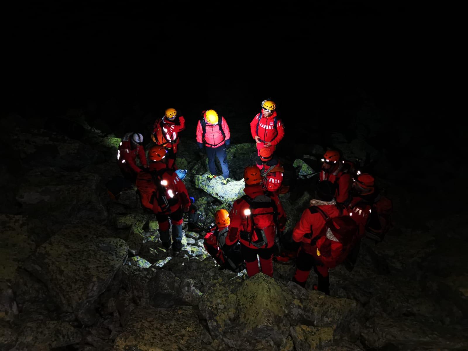 (FOTO/VIDEO) Acțiune extrem de dificilă a salvatorilor montani, în Retezat, pentru transportul turistei decedate