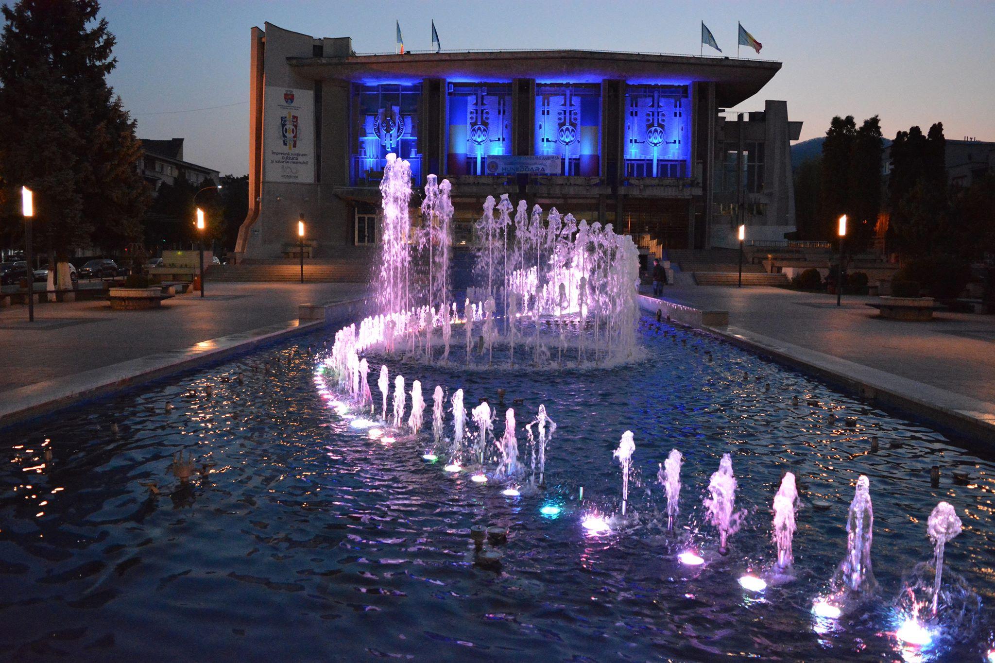 Clădiri din Deva iluminate în albastru, ca simbol al luptei împotriva diabetului
