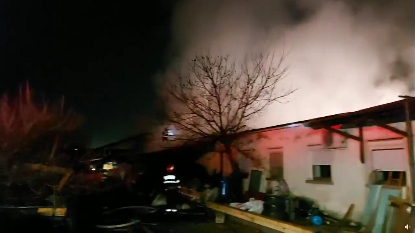 VIDEO: Incendiu la un atelier de tâmplărie în Sântandrei