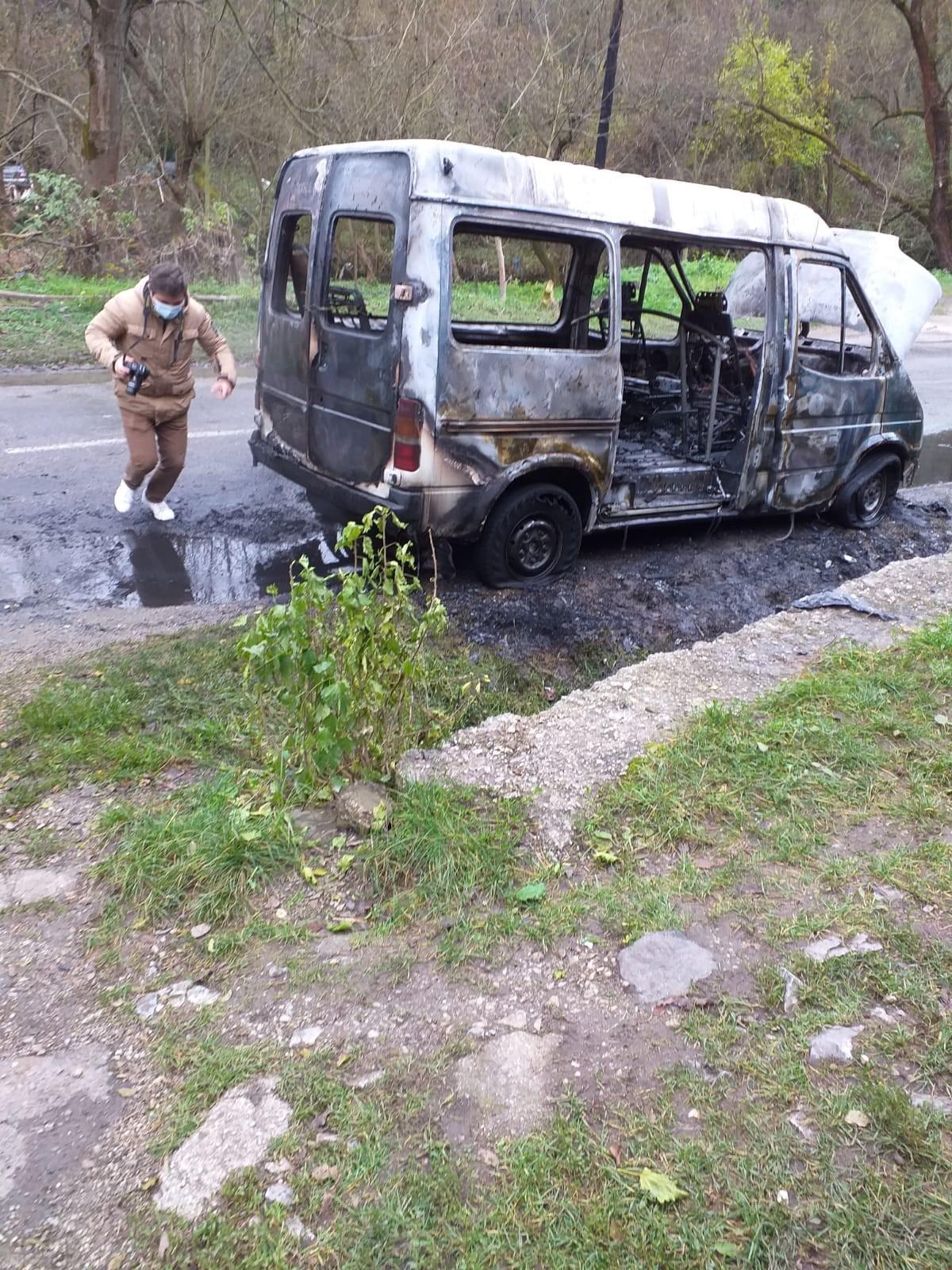Microbuz cuprins de flăcări, la Teliuc