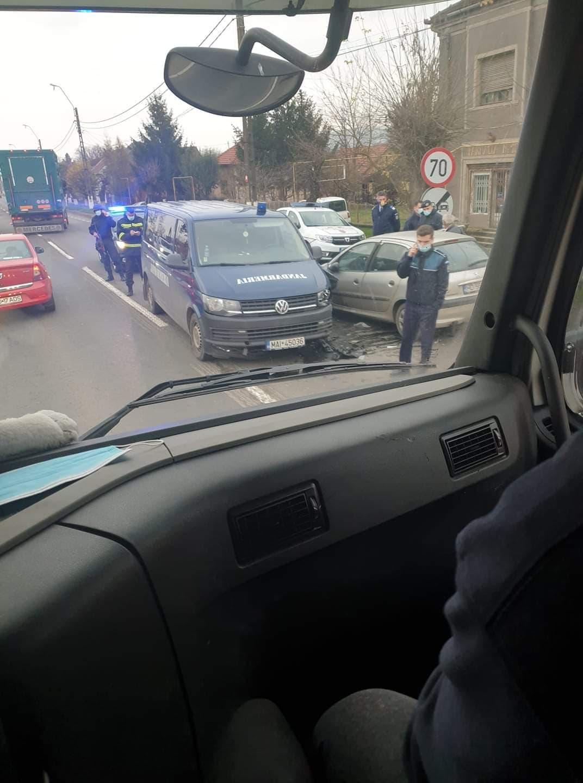 Mașină a Jandarmeriei, aflată în misiune, lovită de un șofer turmentat