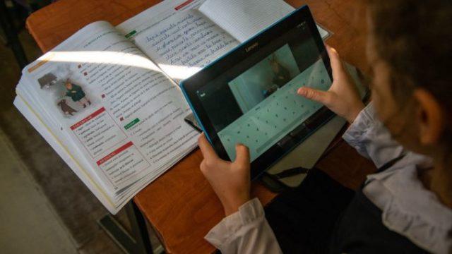 """""""Școala de acasă"""": 1.280 de tablete urmează să fie distribuite elevilor din județ. Prima tranșă, livrată astăzi"""