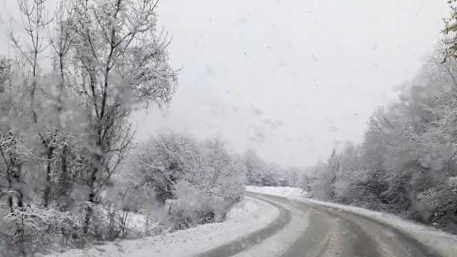 Se răcește vremea. Sunt anunțate ninsori la munte, lapoviță și intensificări ale vântului, până sâmbătă seara