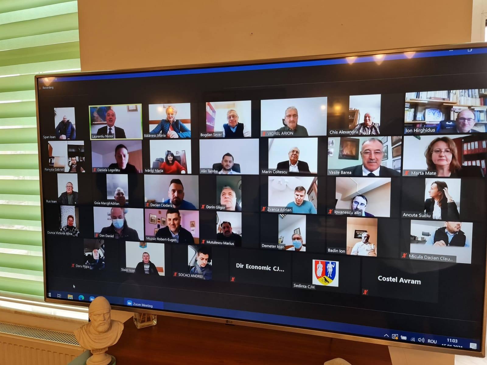 CJ Hunedoara, întrunit în ședință extraordinară în sistem videoconferință. Noul consilier județean Vasile Bârea (PNL) a depus jurământul