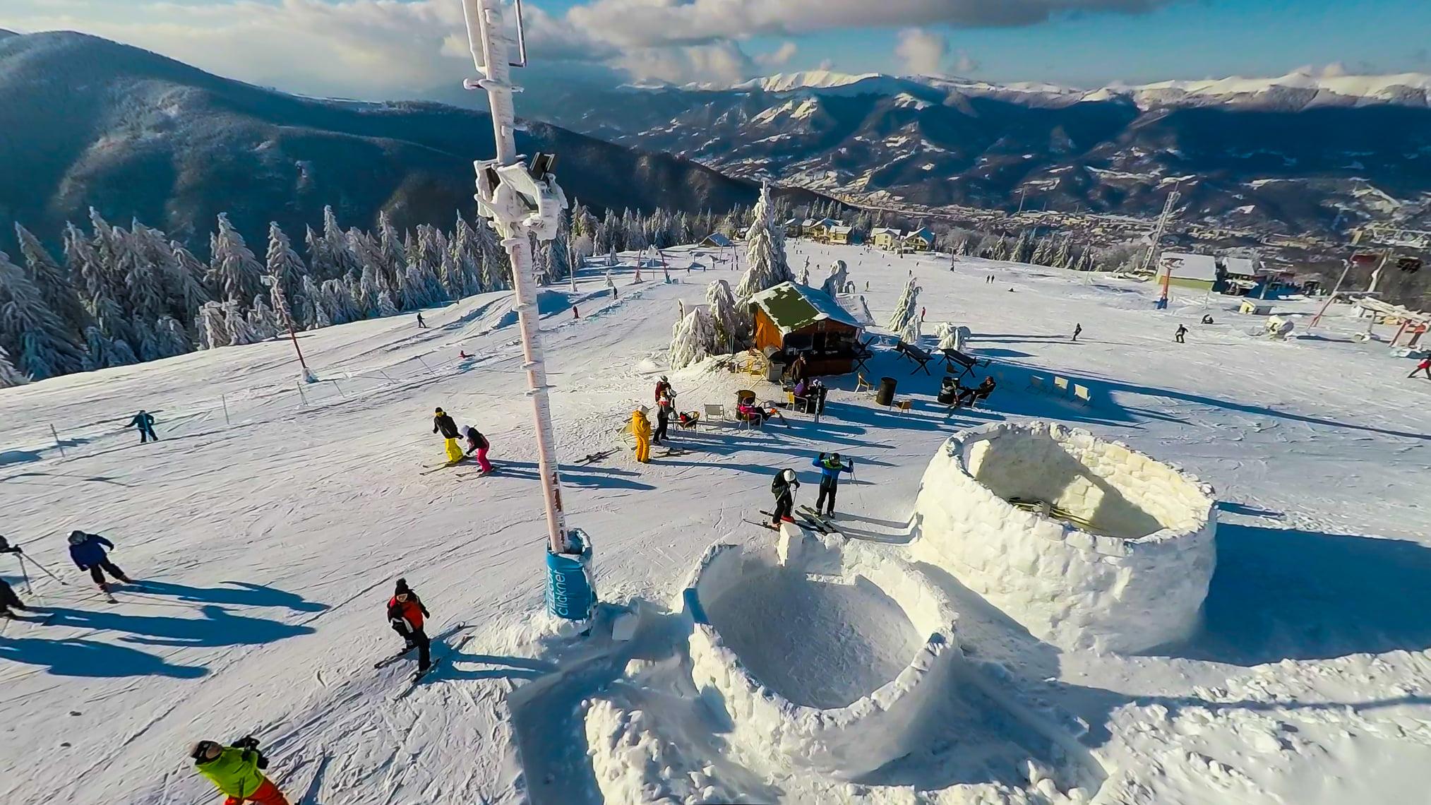 """Surpriză pentru turiștii care ajung la Straja. Igluuri """"cafenea"""", construite în stațiunea montană"""