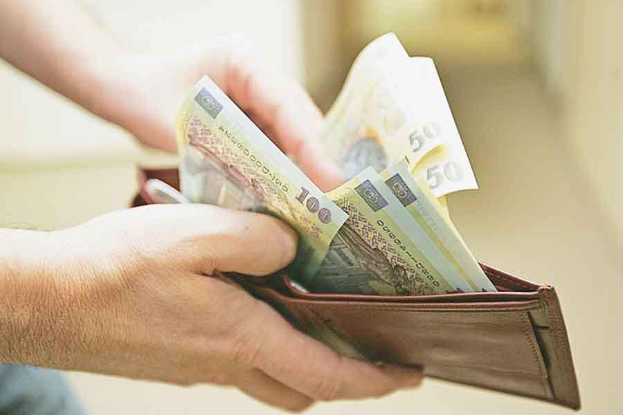 Salariul de bază minim brut a fost majorat la 2.300 lei pe lună. Decizia, luată de Executiv, reunit în şedinţa de astăzi
