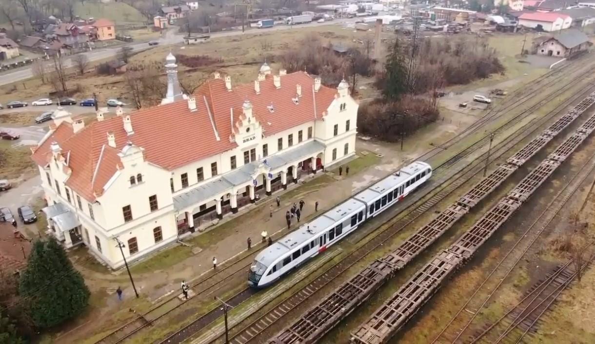 Trenul de probă, pentru reluarea transportului pe linia CFR Arad-Brad, a sosit, vineri, la Brad