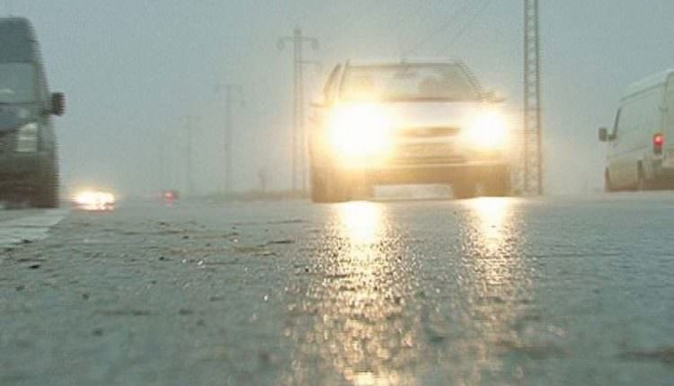 Mai multe drumuri județene, acoperite cu polei. Drumarii au intervenit cu material antiderapant