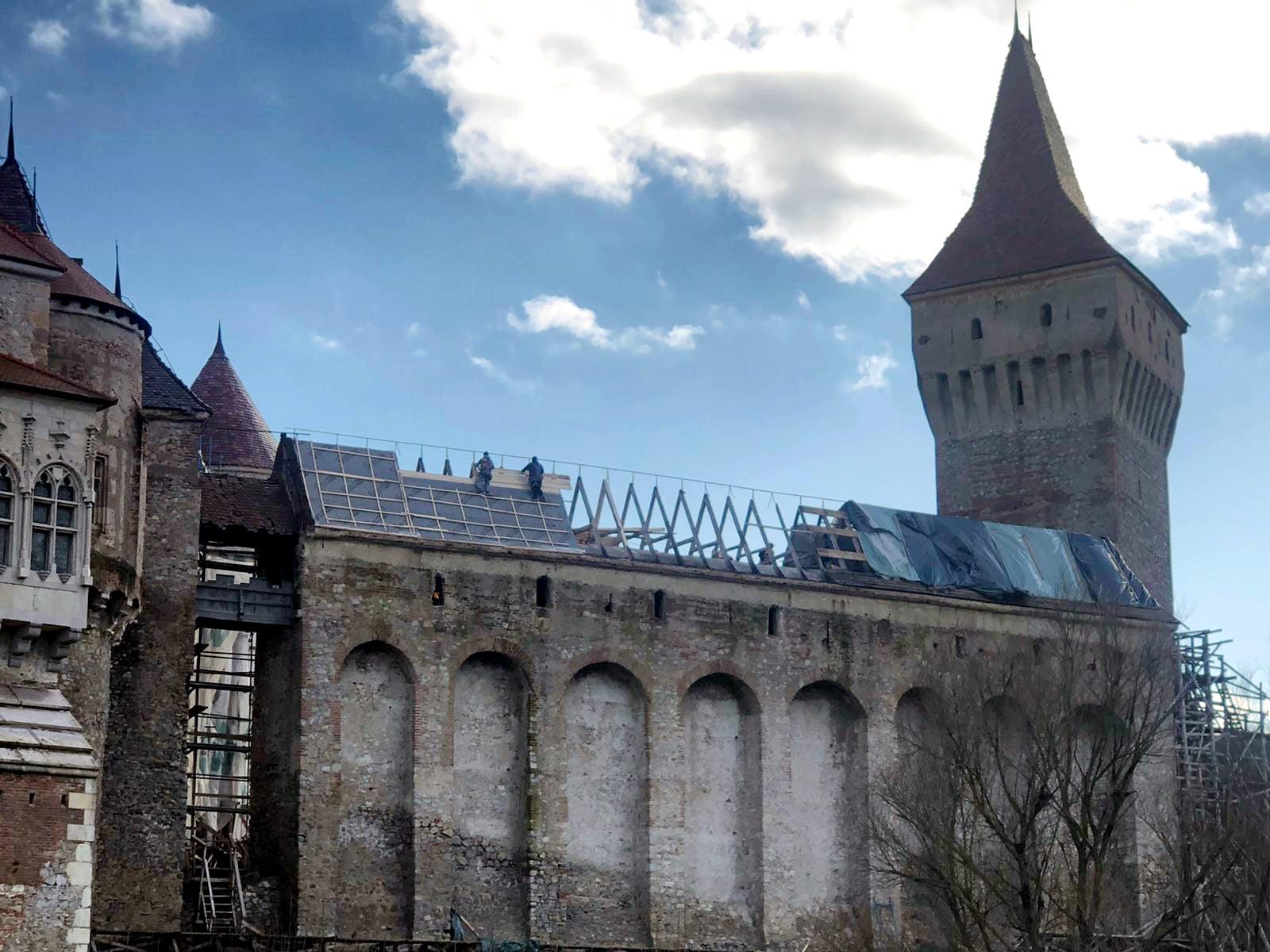 """Lucrările de restaurare a Castelului Corvinilor continuă în ritm susţinut. În această perioadă, se reface acoperişul """"Galeriei Suspendate"""""""