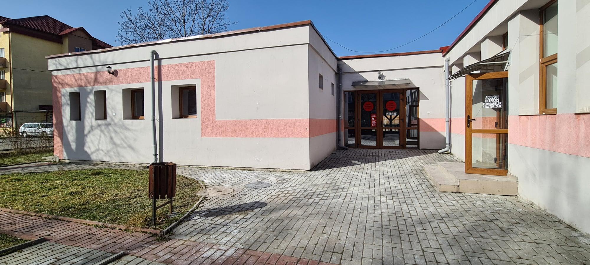 """Centrul de vaccinare anti-COVID de la Hunedoara se mută. De luni, va funcționa în clădirea """"Casei Pensionarilor"""", lângă pietonală"""