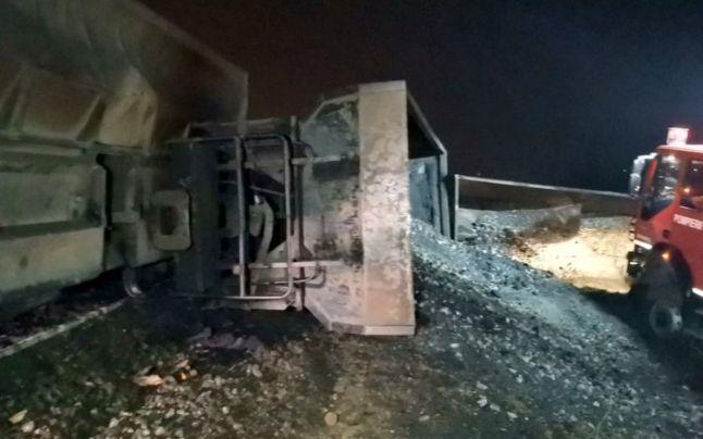 Un tren încărcat cu cărbune a deraiat, la Petrila, și s-a răsturnat pe carosabil
