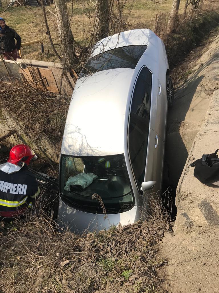 FOTO| Mașină răsturnată într-o rigolă adâncă de aproximativ doi metri pe DN 7, la Mintia